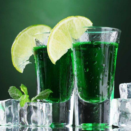 Der Ursprung des Absinth gilt in der Schweiz. Das Getränk war lange Zeit verboten. Heute ist das Wermut Getränk wieder erhältlich.